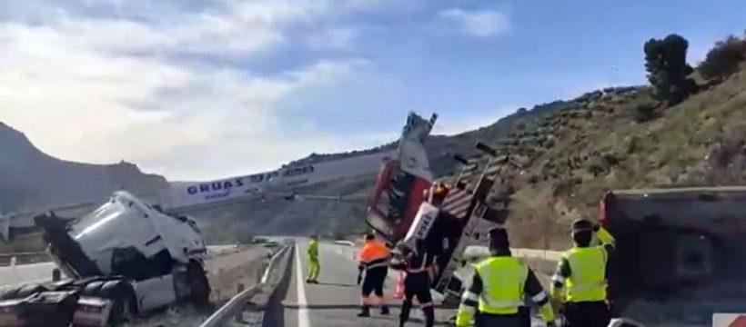 Las impactantes imágenes del accidente del camión en la A-44 y del desafortunado rescate