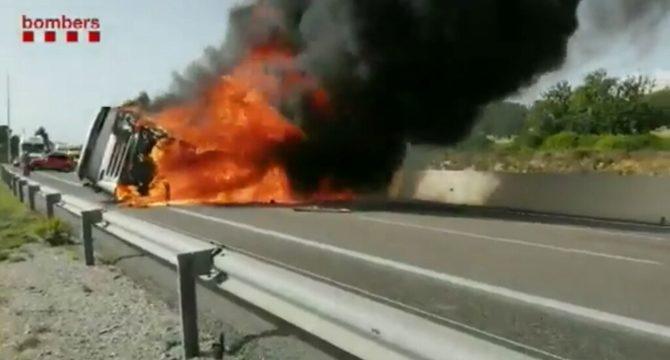 Colas de 7 km, por el accidente e incendio de un camión en la AP7 Creixell