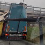Un camión se atasca en un puente de Bruciata y destruye el remolque
