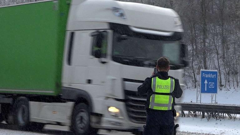 25004113 ein polizist dokumentiert verstoesse gegen das lkw fahrverbot auf der a45 bei luedenscheid Q6b