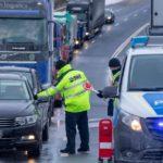Alemania se aísla y los transportistas advierten: «las colas en las fronteras pueden afectar al suministro»
