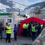 Camioneros 5 horas esperando helados de frío una prueba de COVID a la entrada de Austria. Vídeo