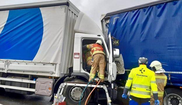 accidente trafico camiones san millan kTCE U130476514363g0F 624x385@El Correo