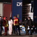 Seis niños hambrientos en un camión en Alemania, desesperados, cortan la lona, sacan las manos y gritan pidiendo ayuda