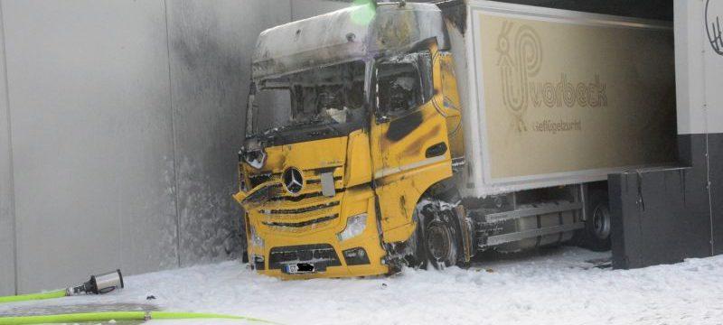 Evacuados 150 clientes de un supermercado, por el incendio de un camión de reparto en el almacén.