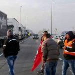 Un camionero fuerza piquete en la logística Stef y atropella a 5 trabajadores en huelga, huyendo.