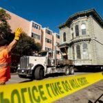 Casa de dos pisos con 139 años de antigüedad transportada en camión en Estados Unidos