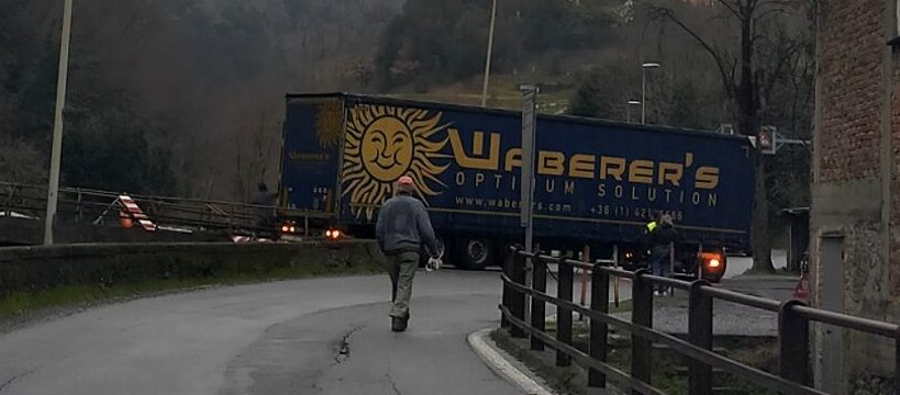 via delle fabbriche camion incastrato