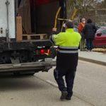 Si cargas o descargas el camión eso está fuera de tus obligaciones.  Opinión