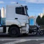Un camión arrastra 32 kilómetros a una motocicleta por la carretera