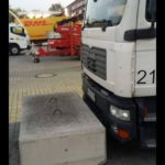 Un taller bloquea camiones con bloques de hormigón, le acusan de comportamiento mafioso e inhumano.