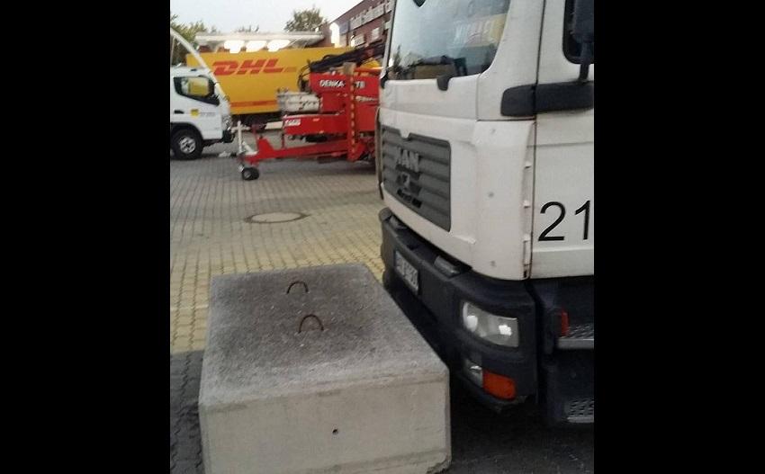 25373306 mit diesem betonblock wurde der lkw am wegfahren gehindert 1HDUyRpbPBZG