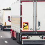 Invitan a pasar un día en un camión, al oscuro inculto que legisló la obligación de colocar  pegatinas inmundas.