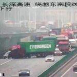 Un camión con un contenedor de Evergreen que bloqueó el Canal de Suez, bloquea una carretera emulando al buque.