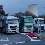Los camioneros protestan bloqueando el acceso a la térmica de As Pontes
