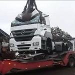Mercedes Benz, destruye camiones kilómetro cero en una empresa de reciclaje. Sepa el motivo.