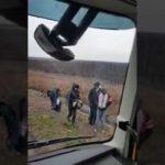 Las sorpresas de la vida para un camionero. Encontró 5 inmigrantes en el tráiler.