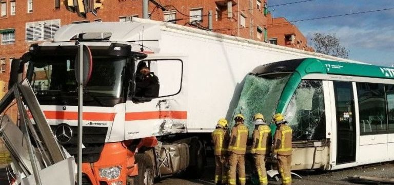 bomberos accidente tranvia camion 19 768x384