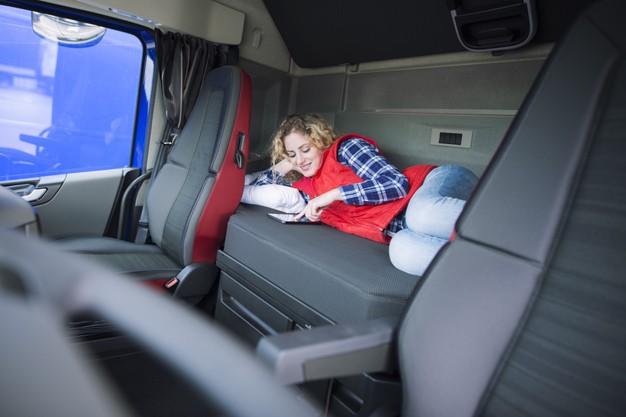 conductor camion acostado cama su cabina comunicandose su familia traves tableta 342744 289