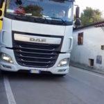 El bloqueo de un camión en una zona sin señalizar de Ancona enfurece a los residentes: «Compraremos señales»