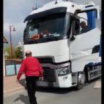 Un camionero y el alcalde de Montbeugny protagonizan una disputa por la prohibición de circular camiones. Vídeo
