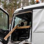 Un tablón de madera perfora la cabina de un camión al colisionar contra otro en la carretera S100 Radeburg