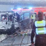 Un muerto y tres heridos en la brutal colisión de un camión y una furgoneta detenida en la A44 cerca de Düsseldorf