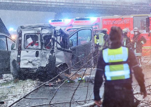 25555783 rettungskraefte sind nach einem unfall auf der autobahn 44 im einsatz bei einem verkehrsunfall am morgen am flughafen duesseldorf in hoehe des PJWG