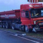 Camión choca contra una gigantesca grúa de una central eléctrica: el conductor muere