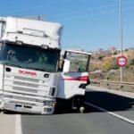 Un desaprensivo sin valores, aprovecha el accidente de un camión, para saquear la cabina del conductor