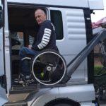 Un pequeño empresario parapléjico presenta un MAN TGX 580 adaptado a sus necesidades.