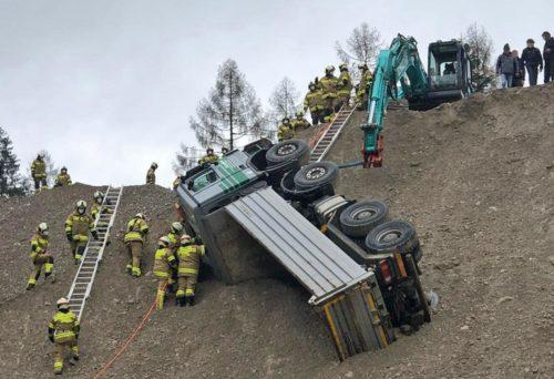TH Lkw am Hang Feuerwehr Abersee
