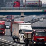 Un camionero bloquea el tráfico para ceder el paso a una familia de gansos en la A2 Dortmund