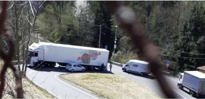 auto incastrata sotto un camion traffico bloccato per due ore a ponte selva 6a8a233c 96c8 11eb a46d 7c52b2f788e3 998 397 original