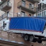 Un camión amenaza con caer a una vivienda donde conviven seis familias en Caccamo