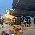 Rescatado el chófer de un camión tras empotrarse contra un aparcamiento en Madrid