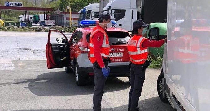 Denunciado un conductor por adelantar a cuatro camiones en línea continua en la peligrosa N-121-A