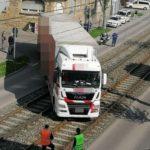 Un camión se atasca en las vías en Zuffenhausen