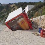 Un camión de cerveza queda atrapado en la Cala de la Barraca al hundirse el suelo