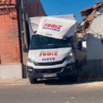 Un camión de reparto se queda atascado en el casco urbano de Calvarrasa de Abajo