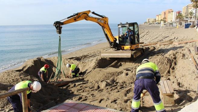 una excavadora y operarios