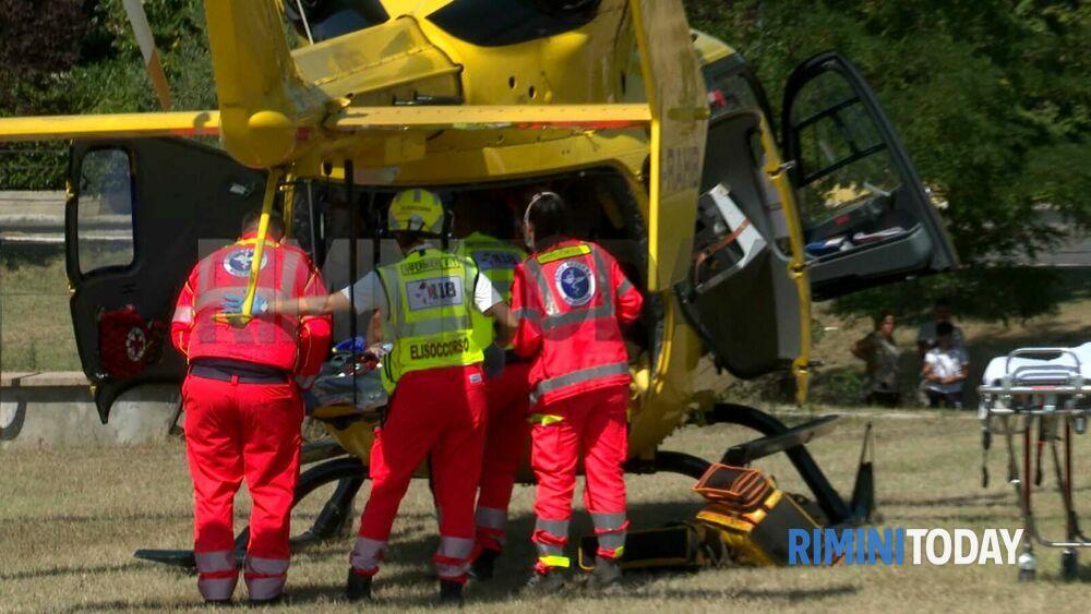 incidente stradale via tavoleto 26 agosto auto scooter soccorsi ambulanza municipale elicottero foto 0248