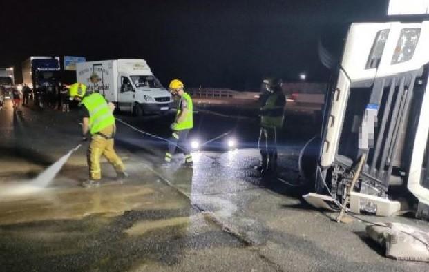 sucesos el vuelco de un camion frigorifico en crevillent obliga a cortar la a 7 durante casi 5 horas