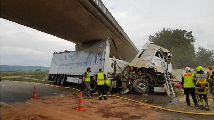 le poids lourd s est encastre sous la pile centrale du pont photo dna guillaume muller 1629967052