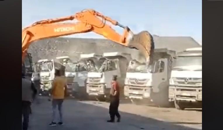 No recibe su salario y destruye cinco camiones con una excavadora - Foro  Transporte Profesional
