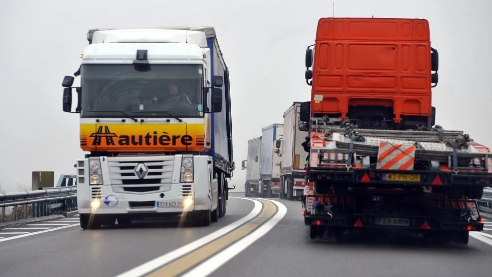 les transporteurs routiers ont dit qu ils ne voulaient pas etre associes au mouvement des gilets jaunes malgre la participation de certains camionneurs